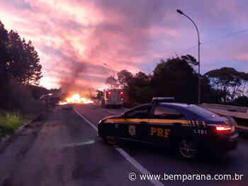 Caminhão carregado de madeira pega fogo em Campina Grande do Sul - Bem Paraná