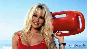 """Pamela Anderson: Das passierte mit ihrem """"Baywatch""""-Badeanzug - STERN.de"""