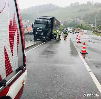 Geländer verhindert Schlimmeres: Lastwagen stürzt bei Gernsbach beinahe in die Murg - BNN - Badische Neueste Nachrichten