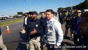 Sem máscara, Bolsonaro cumprimenta policiais e acena para caminhoneiros em Formosa - O Popular
