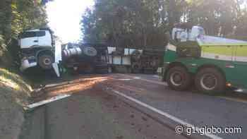 Caminhão tomba e causa lentidão na BR-277, em Virmond - G1