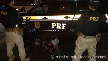 PRF apreende adolescente que pilotava moto sem placa em Cajati - Adilson Cabral