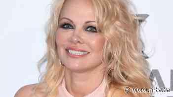 """""""Habe einen in der Schublade"""":Pamela Anderson trägt noch roten Badeanzug - n-tv NACHRICHTEN"""
