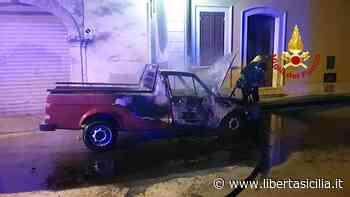 Priolo Gargallo. A fuoco nella notte l'auto di un consigliere comunale: «Vigili del fuoco domano l'incendio - Libertà Sicilia