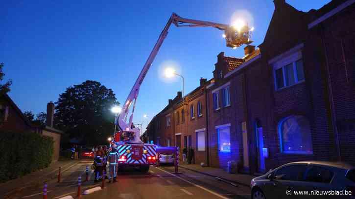 Brand in schoorsteen zet straat en zolder onder rook
