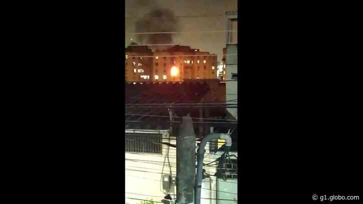Incêndio em prédio de Duque de Caxias, na Baixada Fluminense, assusta moradores - G1