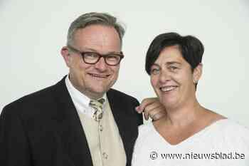 Els en Jan maken al 25 jaar foto in trouwkledij met huwelijksverjaardag