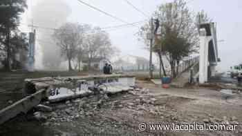 Un camión volcador destruyó un puente peatonal en la ruta nacional 11 en Fray Luis Beltrán - La Capital (Rosario)