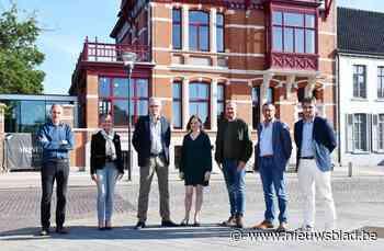 Stellingen rond gemeentehuis verdwijnen: renovatiewerken van... (Koekelare) - Het Nieuwsblad