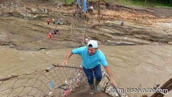 Habitantes de Aguilares y Guazapa tratan de reparar manualmente el puente con lazos, al no contar con ayuda de las instituciones   Noticias de El Salvador - elsalvador.com