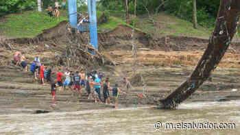 """""""Aquí estamos solos, nadie ha venido a ayudarnos"""", habitantes de Guazapa y Aguilares intentan recuperar puente dañado por río Acelhuate   Noticias de El Salvador - elsalvador.com"""