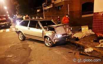 Batida entre carros em cruzamento deixa três feridos no Centro de Alfenas, MG - G1
