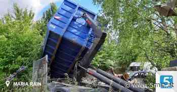 Mulde in Schräglage: Feuerwehr barg LKW aus Wiese - 5 Minuten