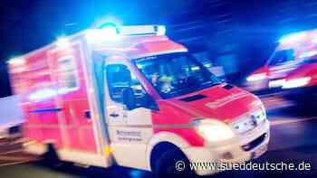Parkendes Auto rollt gegen Bus: Frau leicht verletzt - Süddeutsche Zeitung