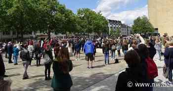 Schweigeminute auf dem Konrad-Adenauer-Platz in Gütersloh für George Floyd - Neue Westfälische