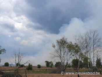 Rookpluim van brand op schietterrein in Helchteren tekent zich af in lucht