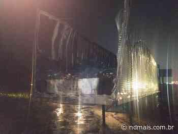 Carreta com medicamentos pega fogo na BR-101, em Araquari - ND - Notícias