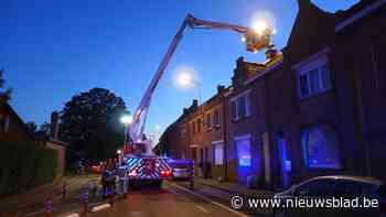Brand in schoorsteen zet straat en zolder onder rook - Het Nieuwsblad