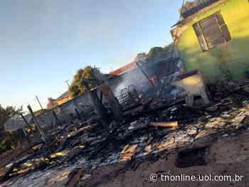 Casa é destruída por fogo no distrito de Jacutinga, em Ivaiporã - TNOnline - TNOnline