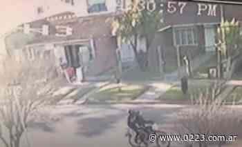 Video: motochorros le roban el celular a una vecina de Punta Mogotes - 0223 Diario digital de Mar del Plata