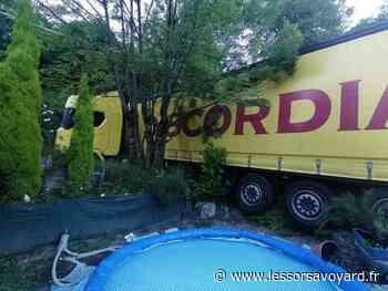 Ugine : le camion dérape dans un virage et finit sa route dans un jardin ! - lessorsavoyard.fr