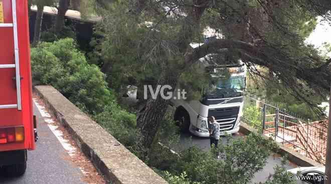 Camion incastrato, viabilità bloccata tra Andora e Cervo [AGG: strada liberata] - IVG.it