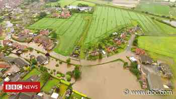 Wainfleet flooding: Residents 'living in fear' - BBC News