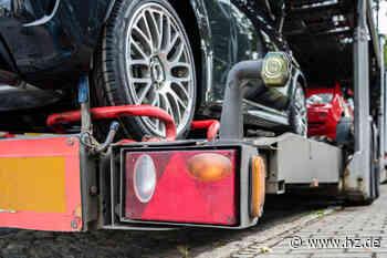Vom Laster gefallen: Auto-Transporter verliert Pkw in Neresheim - Heidenheimer Zeitung