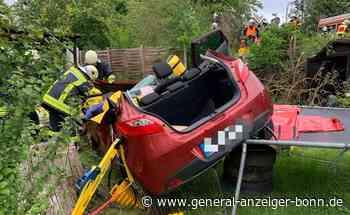 Fünf Schwerverletzte bei Unfall in Wachtberg: Auto stürzt Böschung hinunter und landet im Garten einer Familie - General-Anzeiger