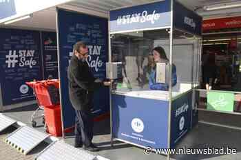 """Eerst door de desinfectie-unit, dan pas de supermarkt in: """"Wij willen de klanten én het personeel geruststelle - Het Nieuwsblad"""