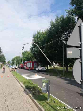 Auto abbatte palo della luce, traffico in tilt a Ornago - Prima Monza