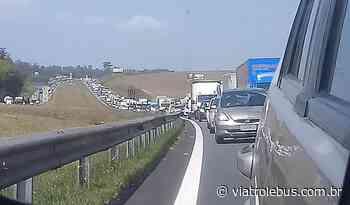 Acidente bloqueia pista da Rodovia Bandeirantes neste sábado (13) - Via Trolebus
