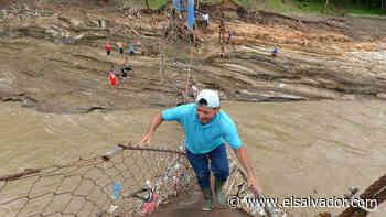 Habitantes de Aguilares y Guazapa tratan de reparar manualmente el puente con lazos, al no contar con ayuda de las instituciones - elsalvador.com