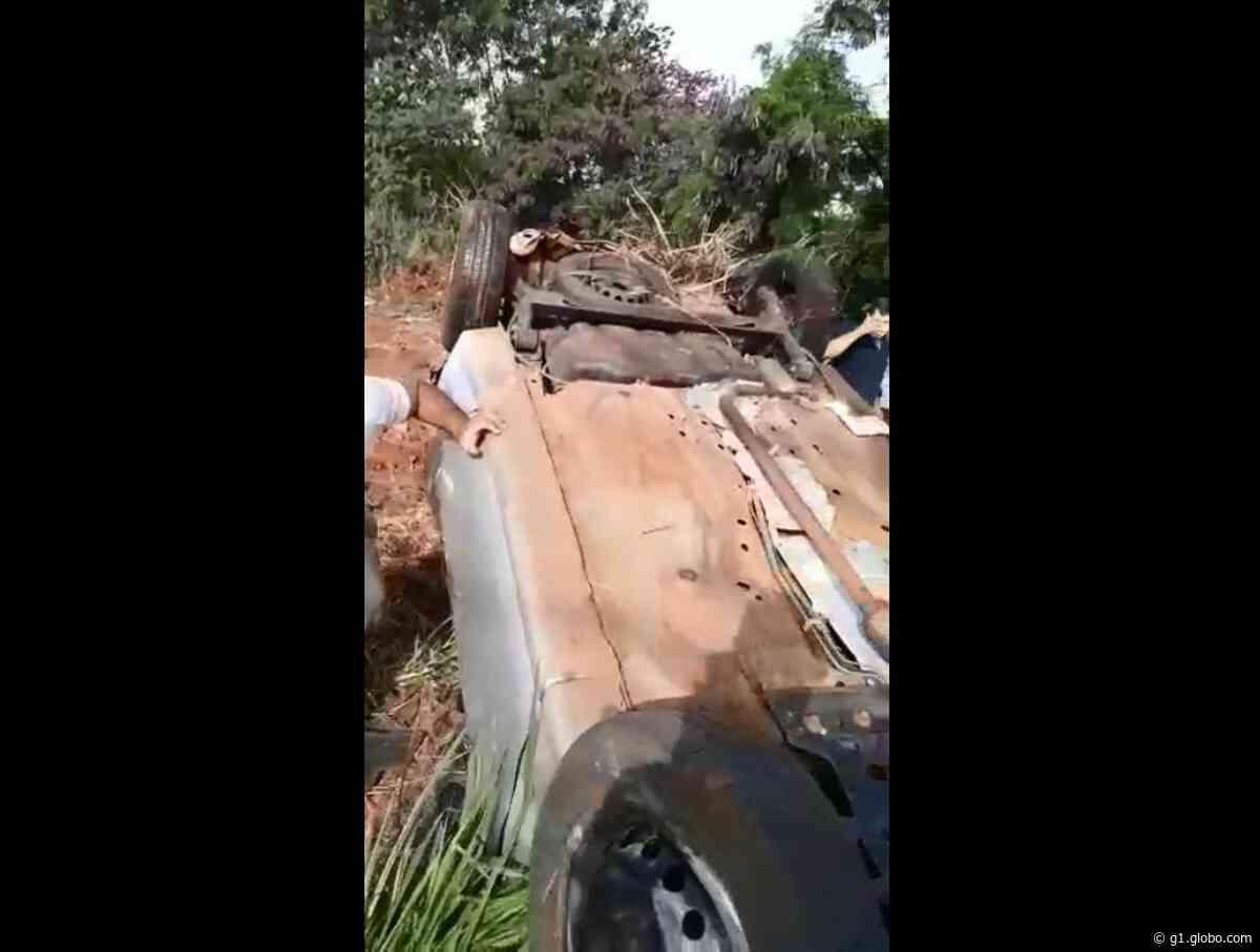 Carro capota após colisão traseira em rodovia de Borborema - G1