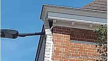 Gevaarlijke loshangende lamp aan gevel verwijderd