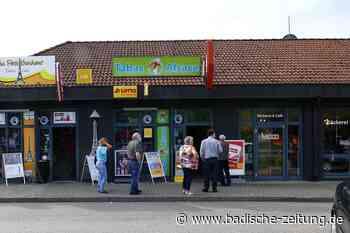 Schlangen vor dem Tabakladen am Breisacher Grenzübergang - Breisach - Badische Zeitung