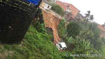 Carro é engolido por cratera após deslizamento em Porto Calvo - TNH1