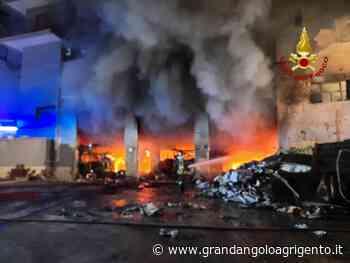 A fuoco magazzino a Fontanelle: evacuato intero palazzo (foto e video) - Grandangolo Agrigento