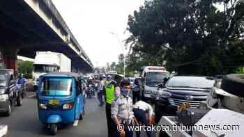 Setelah Terjaga di Mobilnya yang Diparkir di Bahu Jalan, Guntur Pasrah Kendaraannya Diderek Petugas - Wartakota