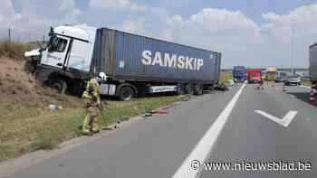 Vrachtwagen rijdt in op signalisatiewagen bij werken op pechstrook E19