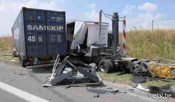 vrachtwagen rijdt in op signalisatiewagen in Wuustwezel - ATV