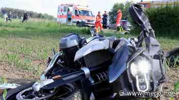 Motorradfahrer verschätzt sich beim Überholen und kracht gegen Auto - merkur.de