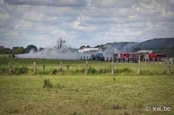 Landbouwster duwt brandend hooi uit loods in Ledegem - Krant van Westvlaanderen