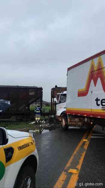 Caminhão bate em trem na SC-108, em Guaramirim - G1