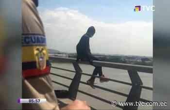 Policía evitó que hombre se lanzara del puente de la Unidad Nacional - tvc.com.ec