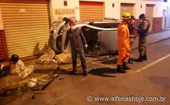 Carro capota no centro de Alfenas - Alfenas Hoje