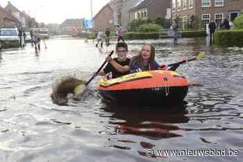 Bewoners Steenweg op Turnhout zijn ondergelopen straat gewen... (Merksplas) - Het Nieuwsblad