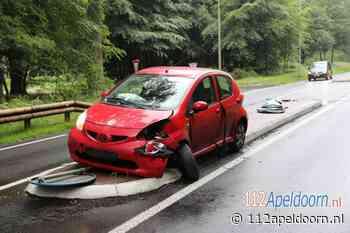 Automobiliste rijdt over middengeleider op de Amersfoortseweg in Hoog Soeren - 112 Apeldoorn