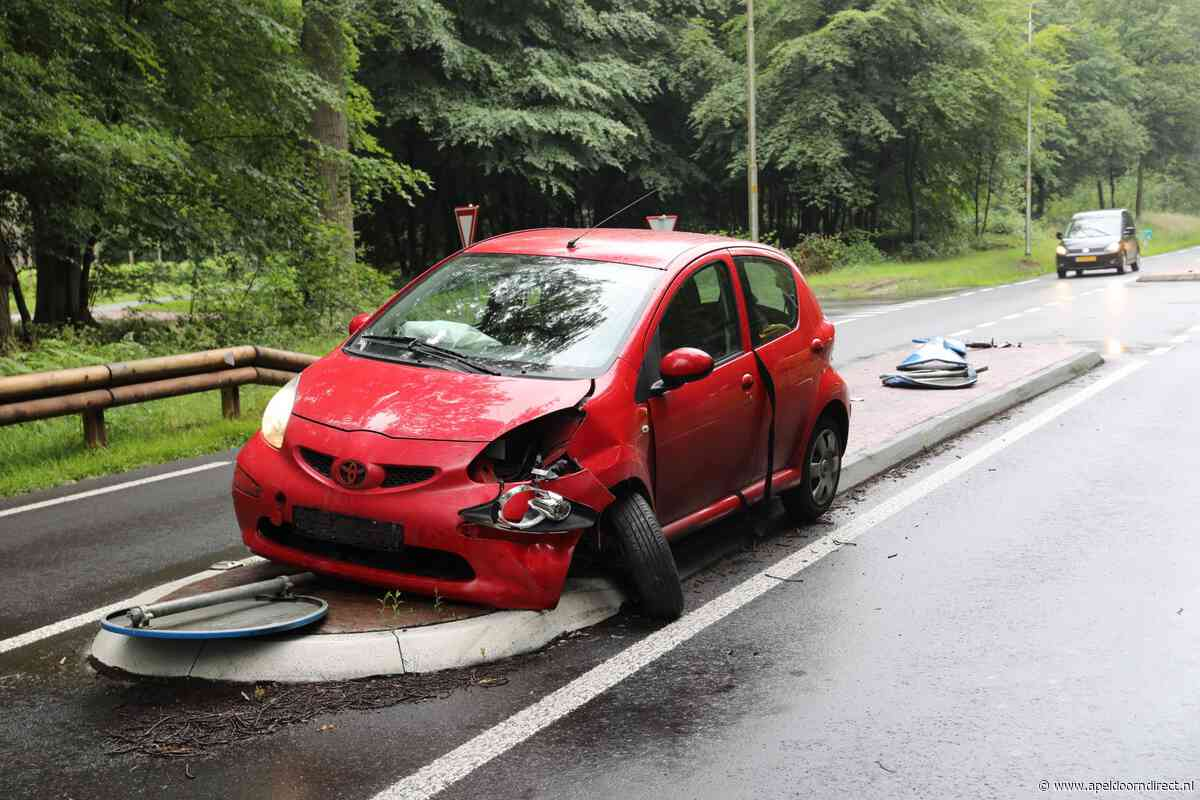 Auto raakt fors beschadigd bij ongeval in Hoog Soeren - Apeldoorn Direct