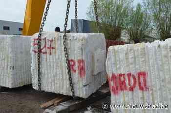 Betonblokken moeten vrachtwagens weren op illegale ontsluiti... (Denderleeuw) - Het Nieuwsblad